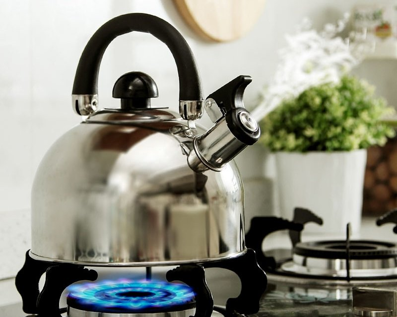Чайник с кипящей водой