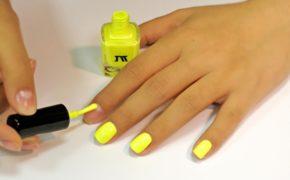 Кислотный жёлтый лак на ногтях