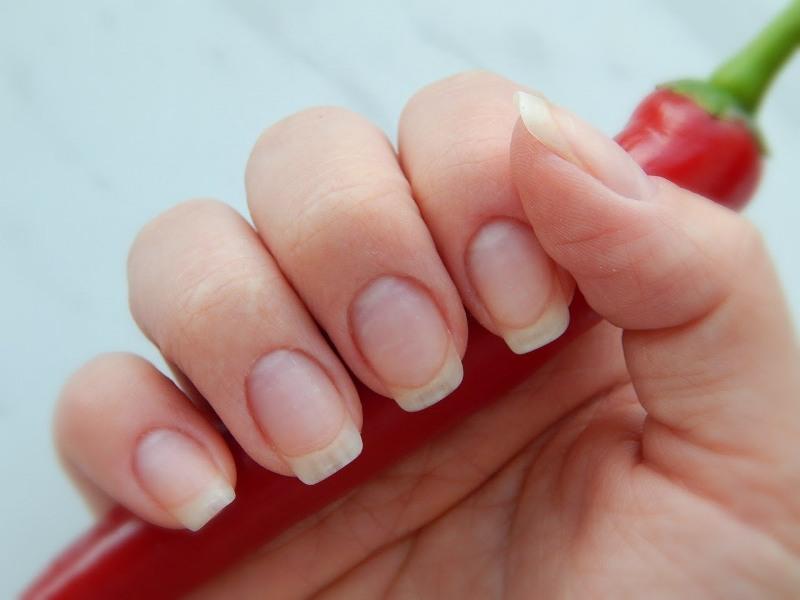 Кисть руки с ухоженными ногтями