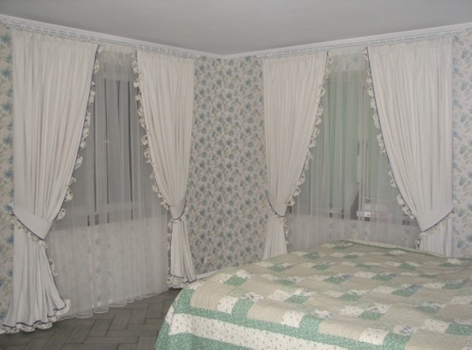 Классика в оформлении оконного проёма спальни