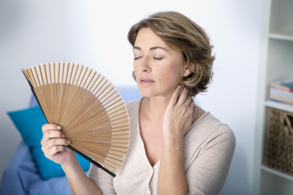 Женщина испытывает симптомы климакса
