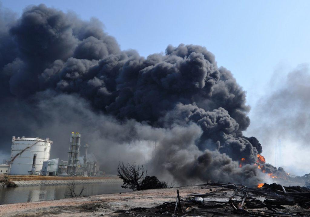 Клубы дыма после взрыва