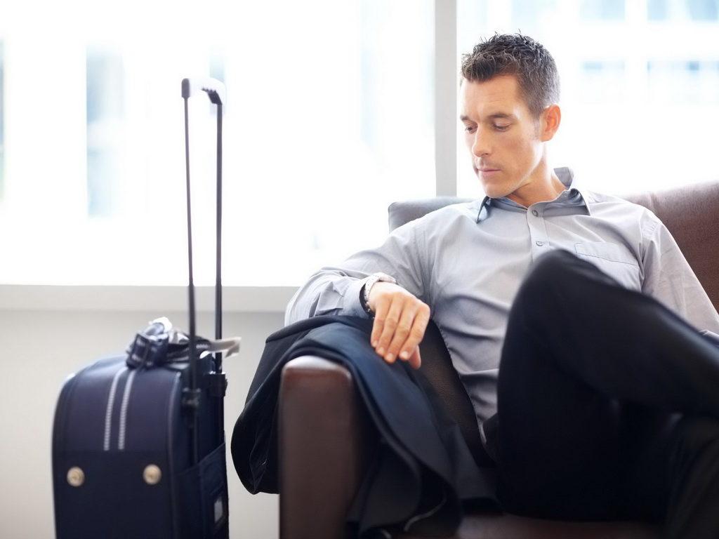 Мужчина с чемонадом в аэропорту