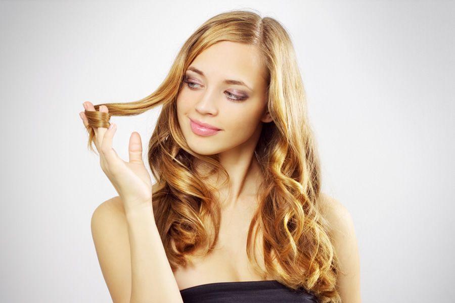 Девушка рассматривает кончики своих волос