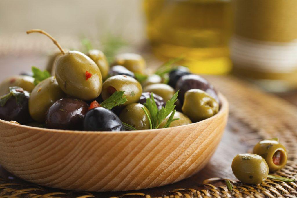 Консервированные оливки в пиале