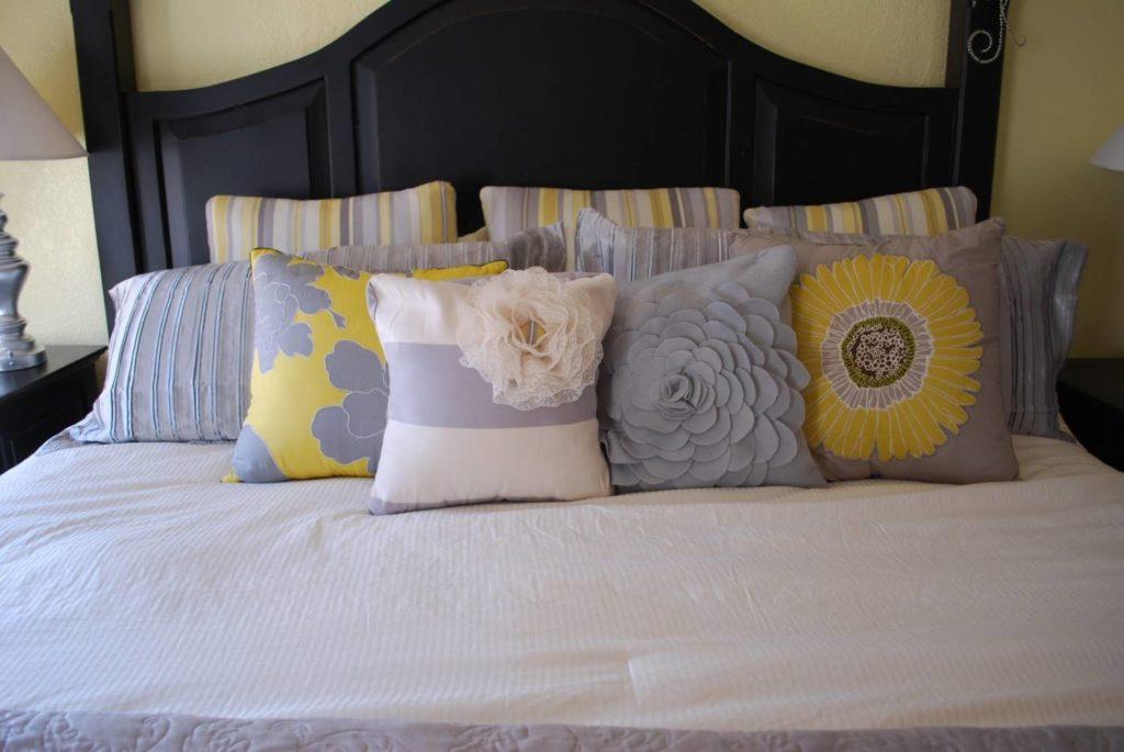 Красиво декорированные диванные подушки