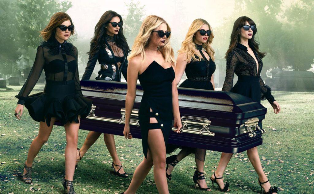 Красивые девушки несут гроб