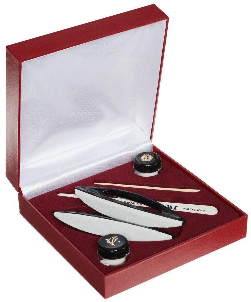 Красная коробка с инструментами для маникюра