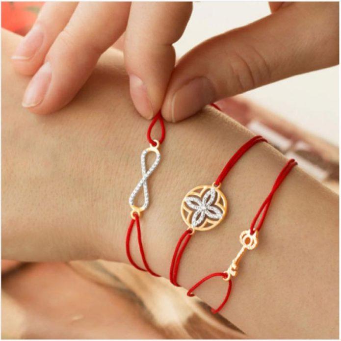 Красная нить в сочетании с другими символами на руке