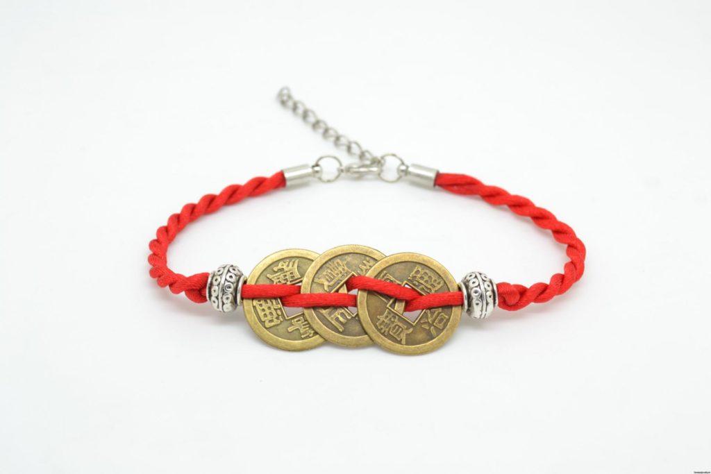 Красная нить на запястье с китайскими монетами и бусинами