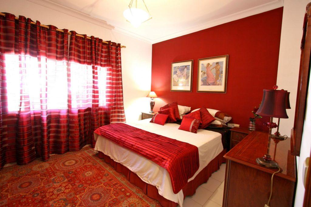 Красный цвет штор в спальне