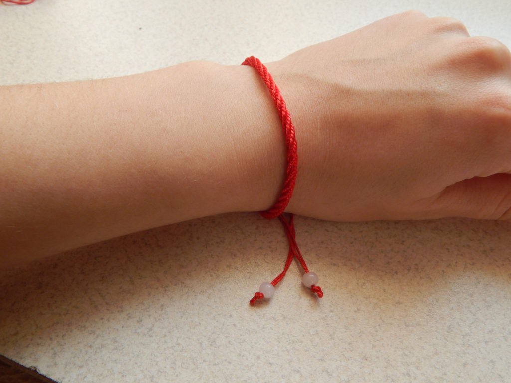 Красный обережный браслет