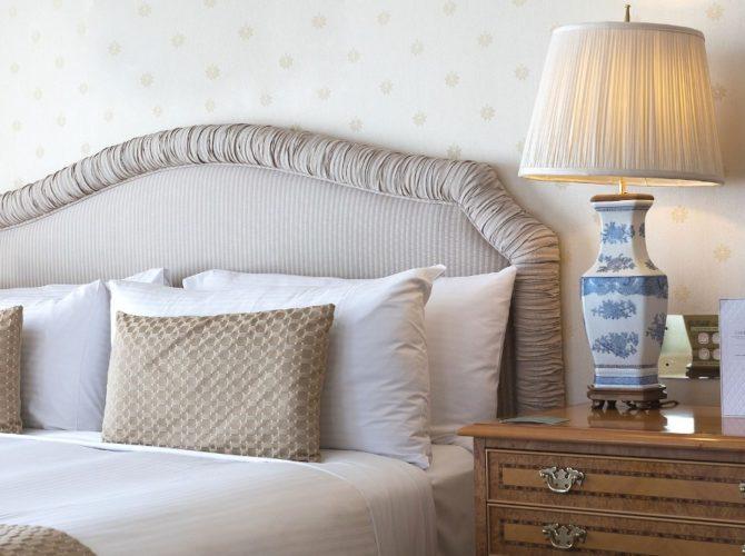 Кровать с изголовьем преимущества