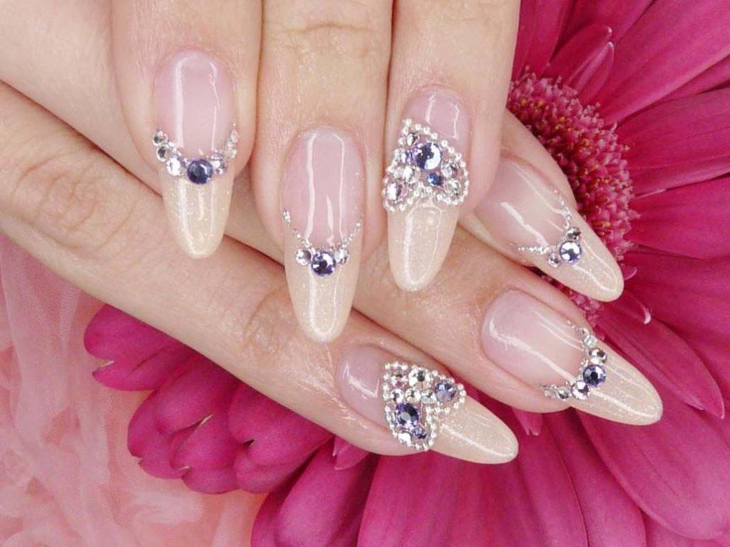 Крупные камни на ногтях