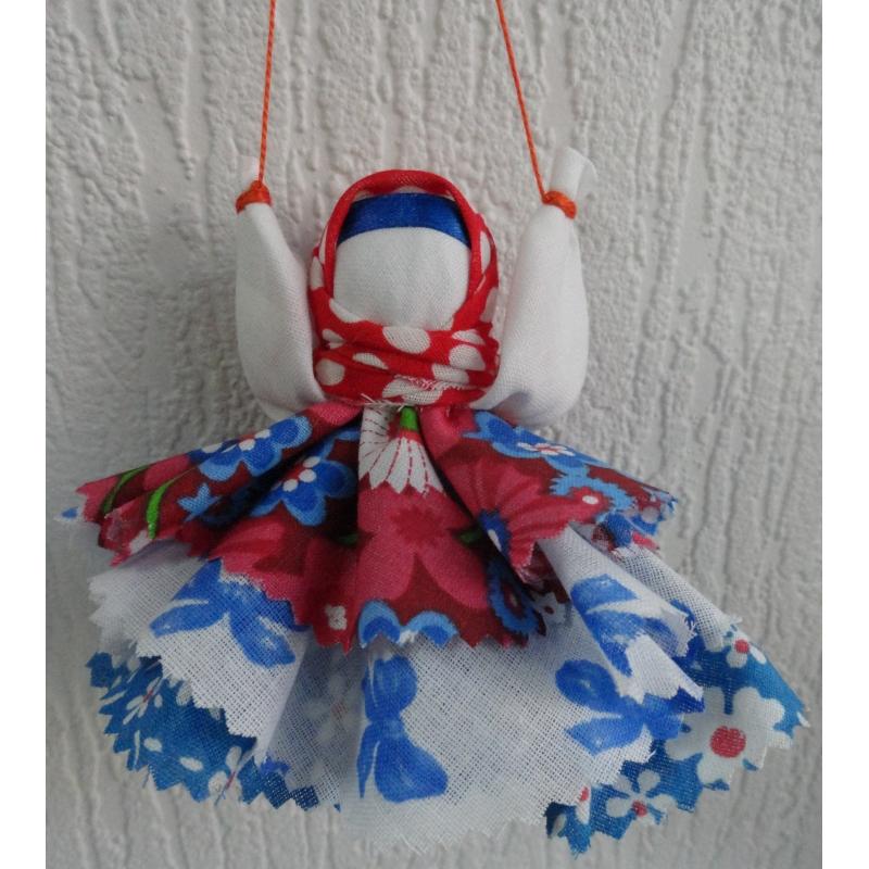 Кукла Колокольчик, подвешенная за красную нить