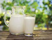 Кувшин и стакан с молоком