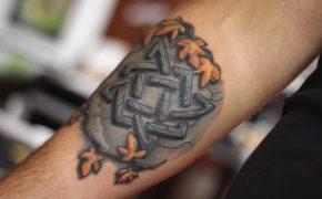 Татуировка в виде Квадрата Сварога на руке