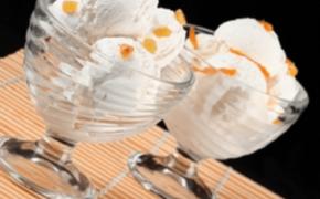 Шарики мороженого в креманках