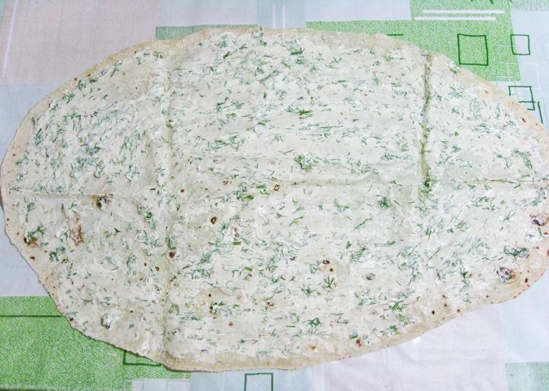 Лаваш, смазанный белым соусом с укропом