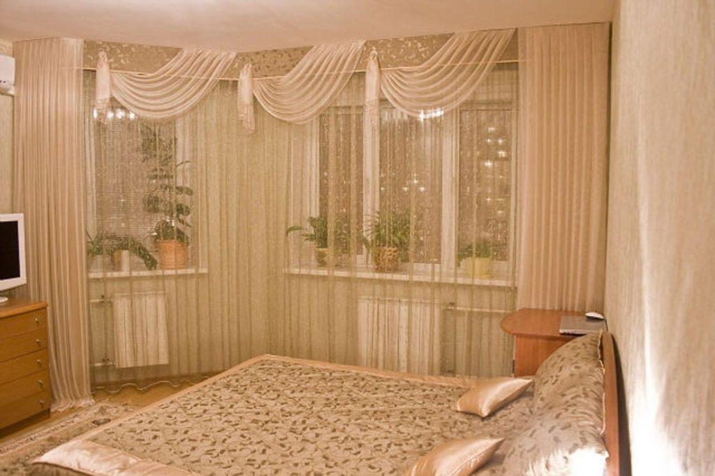 Лёгкие материи в оформлении оконного проёма спальни