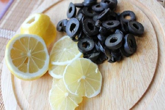 Лимон и нарезанные оливки