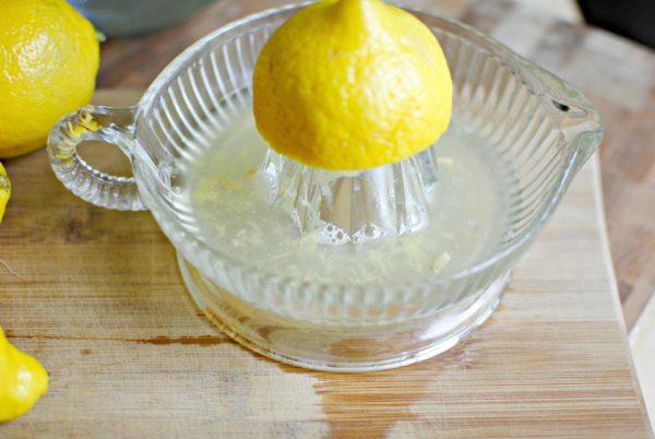 Лимон на соковыжималке
