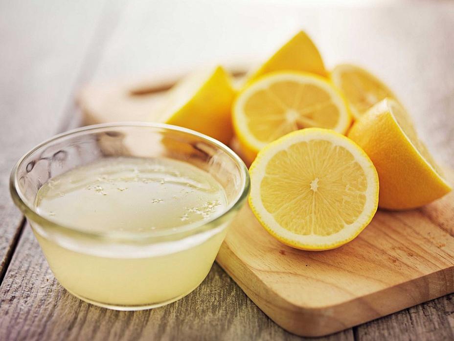 Сок лимона в прозрачной пиале на столе