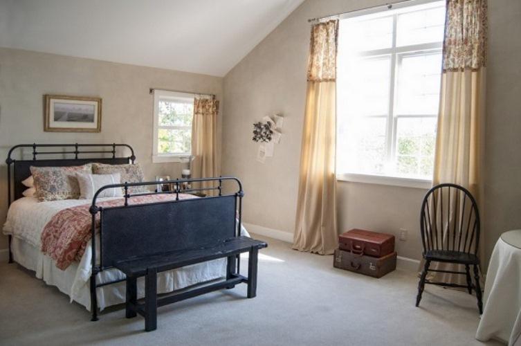 Бежевые льняные шторы в спальне