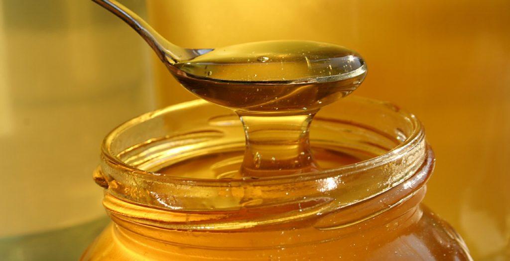Ложка и банка с мёдом