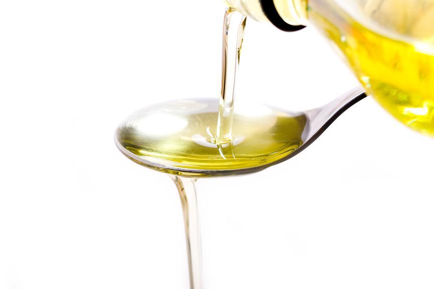 Кедровое масло льётся на ложку