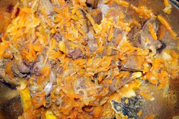 Лук, грибы и морковь в сковороде