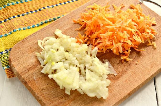 Лук и морковь на разделочной доске