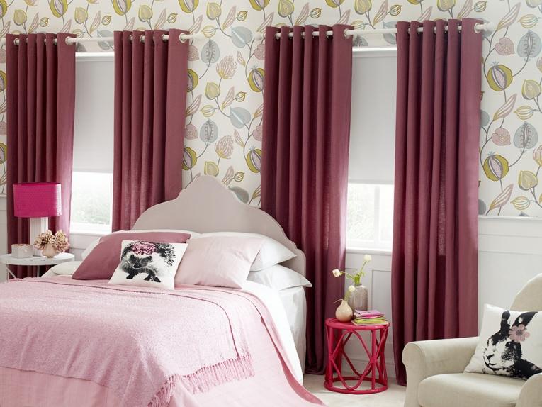 Тёмно-вишнёвые шторы в светлой спальной комнате