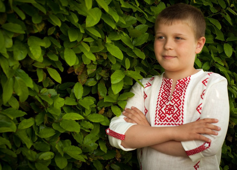 Мальчик в вышитой рубахе с символом Молвинец