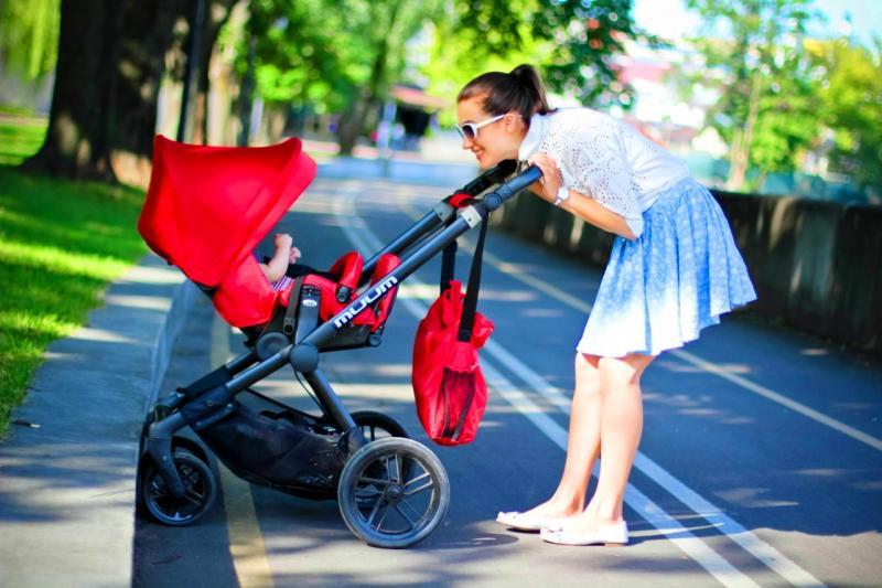 мама с красной коляской