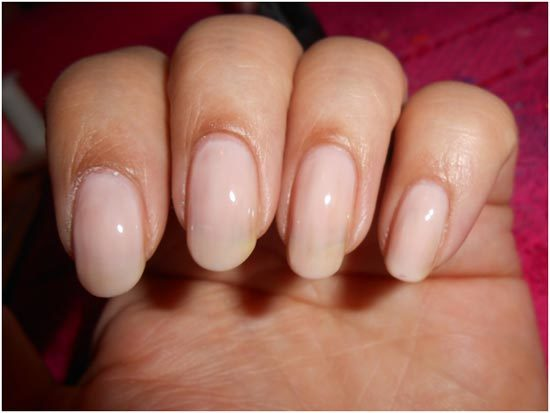 Ногти, покрытые лаком оттенка nude