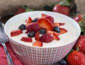 Манная каша с ягодами - отличный завтрак для детей и взрослых