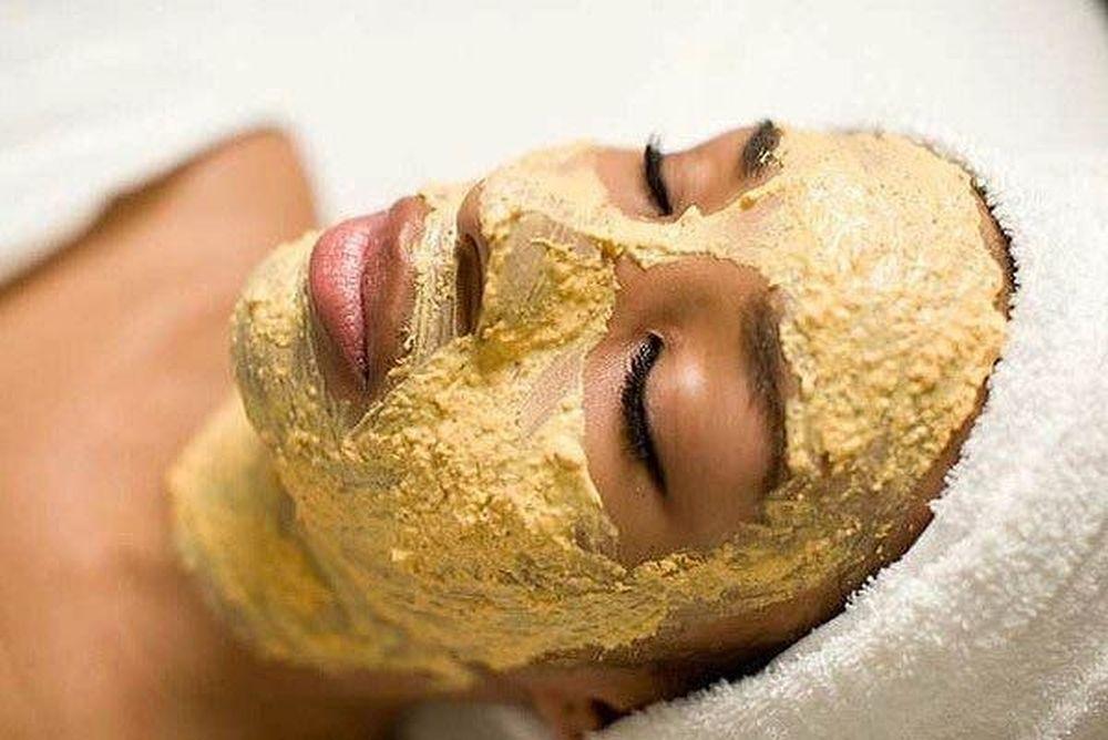 Маска из картофеля и масла кедрового ореха на лице девушки