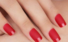 Матовый маникюр в красном цвете
