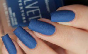 Матовый маникюр в синем цвете