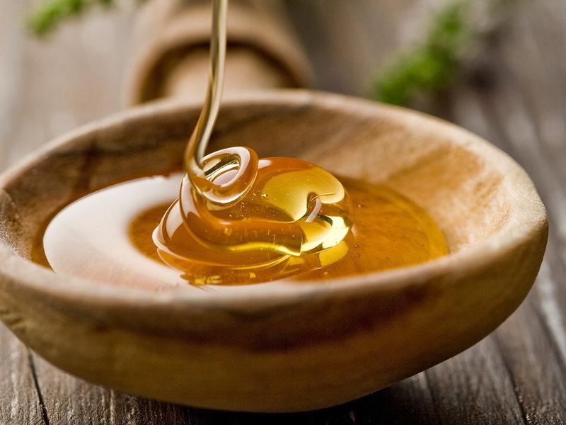 Жидкий мёд в деревянной пиале