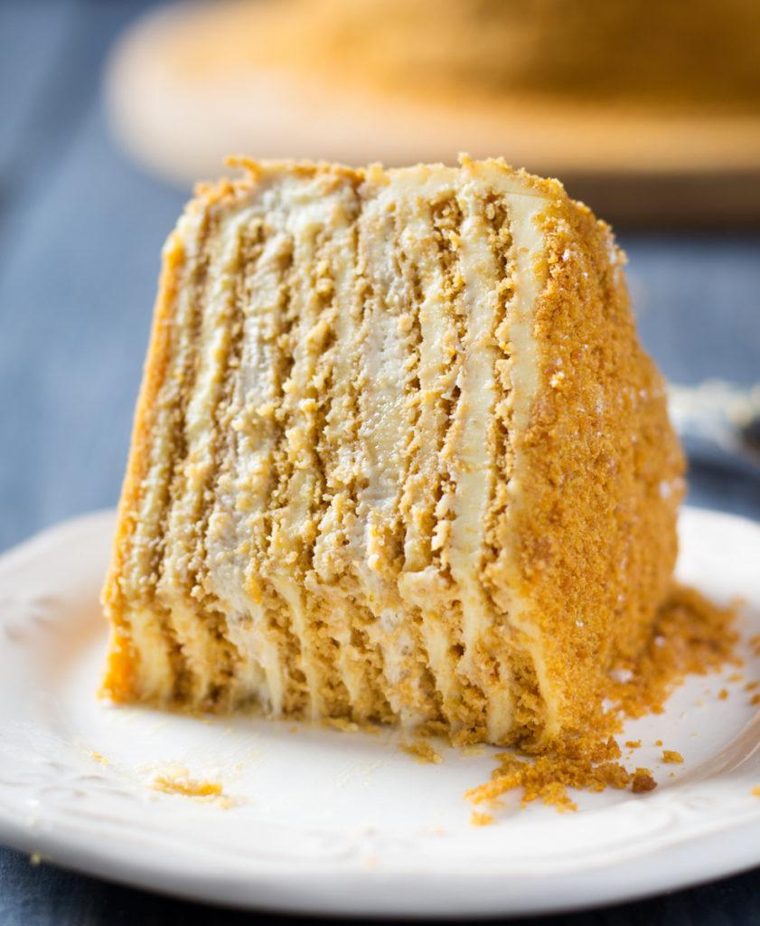 Кусок торта Медовик по Дюкану