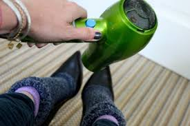 Растягивание обуви с помощью фена