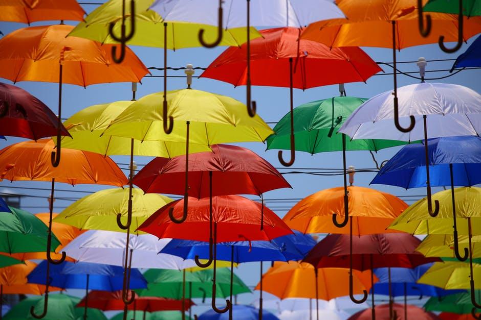 Много разноцветных зонтов
