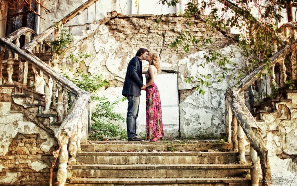Молодая пара целуется на лестнице