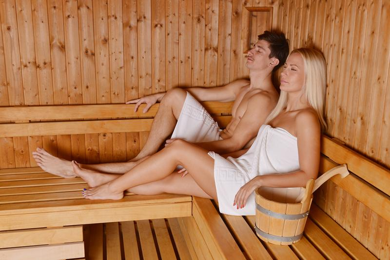 Молодая пара в бане