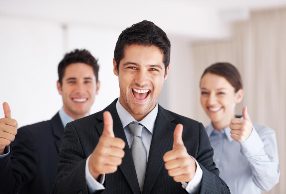 Трое людей улыбаются