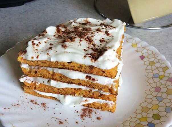 Морковный торт по Дюкану на белой тарелке