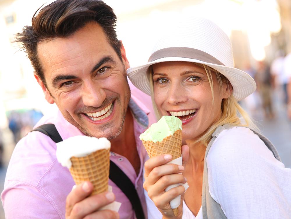 Парень и девушка держат мороженое в вафельных рожках