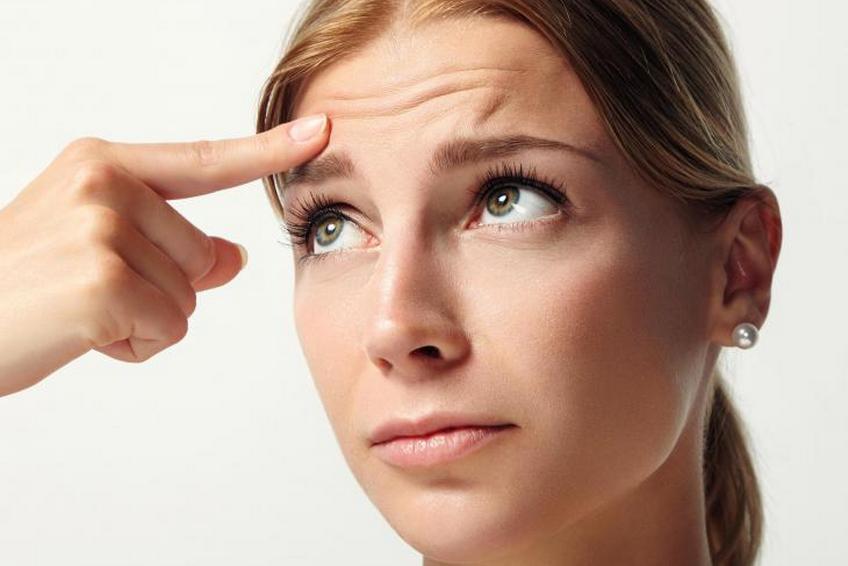 Как убрать морщины на лбу: домашние способы или быстро к косметологам?
